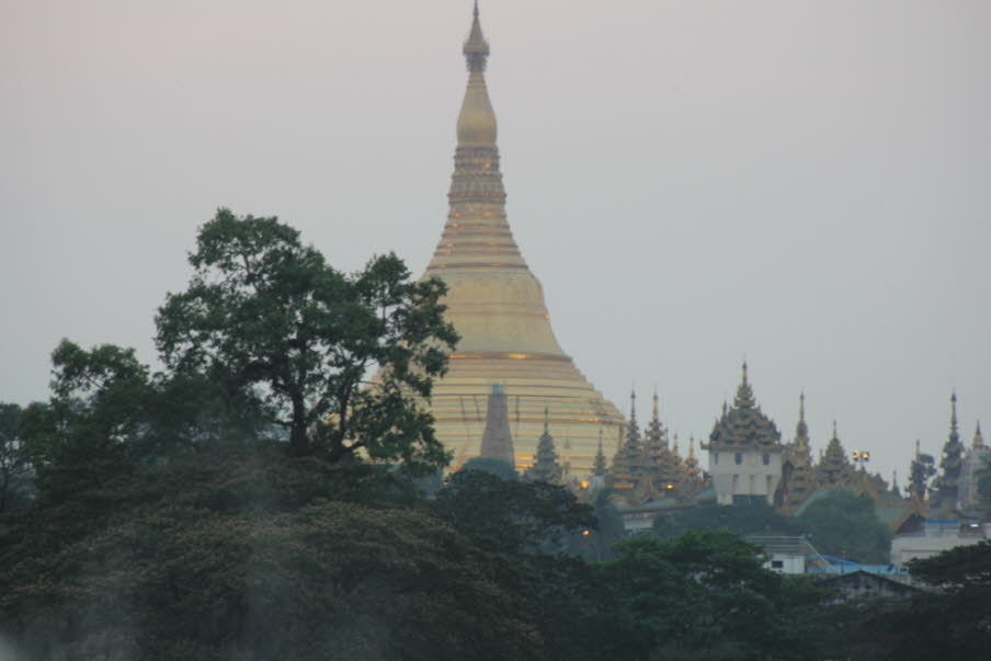 Die Shwedagon Pagode vom  Kandawgyu Lake in Yangon aus betrachtet